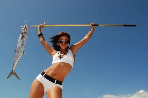 Girls_fishing_in_bikinis_07