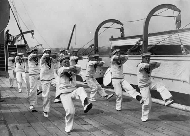 Warspite_cadets_dancing_the_hornpipe_1928